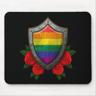 Escudo gastado de la bandera del orgullo gay del a tapetes de raton