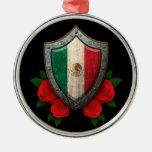 Escudo gastado de la bandera mexicana con los rosa adorno de navidad