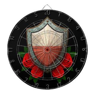 Escudo polaco gastado de la bandera con los rosas  tablero de dardos