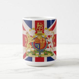 Escudo real en la bandera de Union Jack Tazas De Café