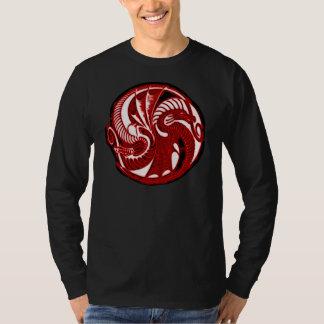 Escudo rojo de Yin Yang del dragón Playera