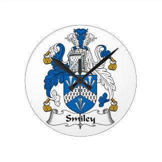 Escudo sonriente de la familia relojes de pared