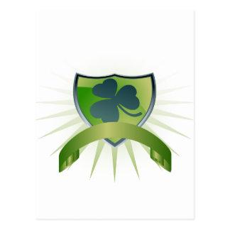 Escudo y bandera afortunados del trébol tarjetas postales