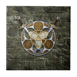 Escudo y espadas célticos teja