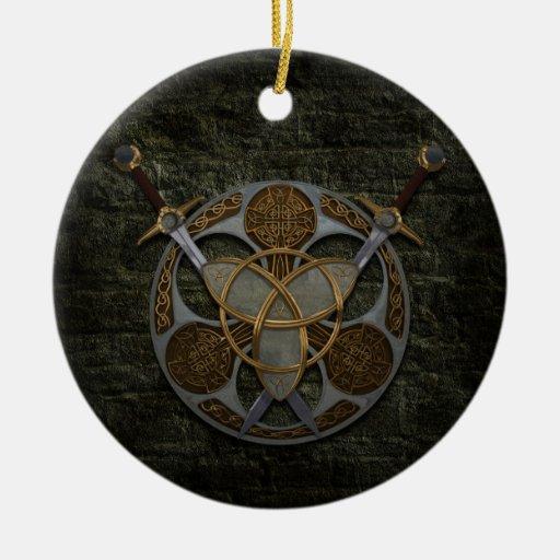 Escudo y espadas célticos ornamentos para reyes magos