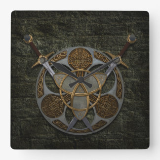 Escudo y espadas célticos reloj cuadrado