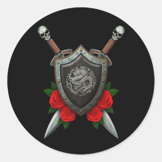 Escudo y espadas chinos circulares gastados del dr pegatina redonda
