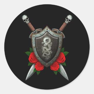 Escudo y espadas chinos gastados del dragón con lo etiquetas redondas