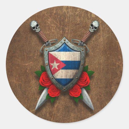 Escudo y espadas cubanos envejecidos de la bandera pegatinas redondas