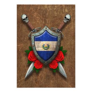 Escudo y espadas envejecidos de la bandera de El S Invitacion Personal