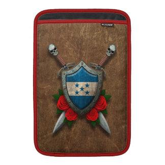 Escudo y espadas envejecidos de la bandera de Hond Fundas MacBook
