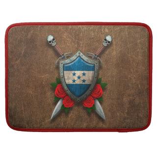 Escudo y espadas envejecidos de la bandera de Hond Funda Para Macbook Pro