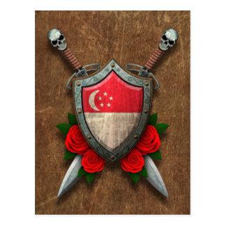 Escudo y espadas envejecidos de la bandera de Sing Tarjeta Postal