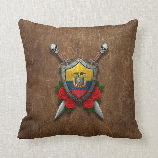 Escudo y espadas envejecidos de la bandera del Ecu Almohadas