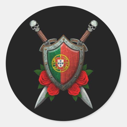 Escudo y espadas portugueses gastados de la bander etiquetas redondas