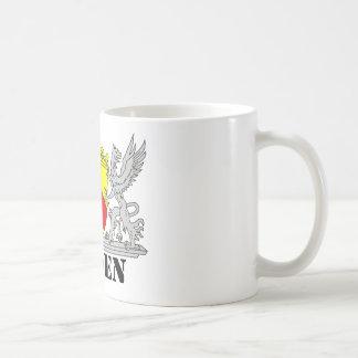 Escudos de armas con escritura bañada bañan tazas de café