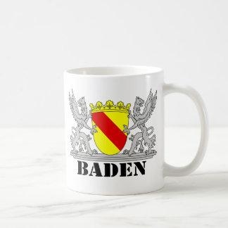 Escudos de armas con escritura bañada bañan taza de café