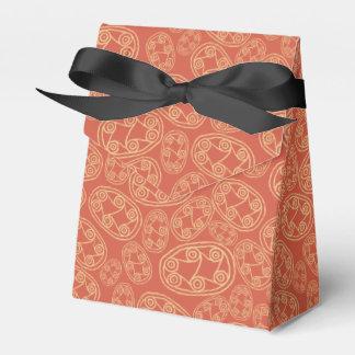Escudos tribales egipcios en la caja roja del cajas para regalos de boda