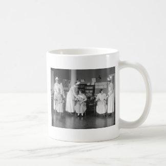 Escuela de enfermería, 1900s tempranos taza básica blanca