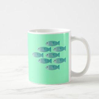 escuela de la taza de café de los pescados