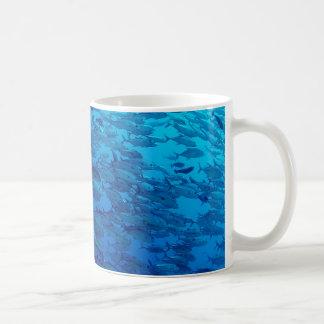 Escuela de pescados en el mar azul tazas de café