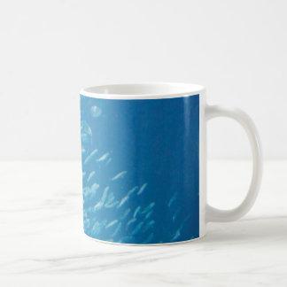 Escuela de pescados taza clásica