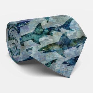 Escuela de tiburones en azul acuoso corbata