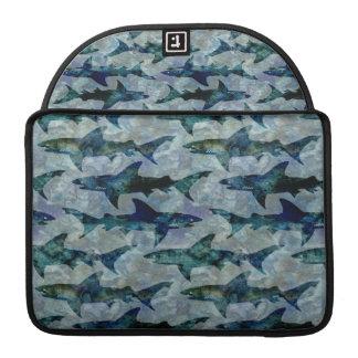 Escuela de tiburones en azul acuoso fundas para macbook pro