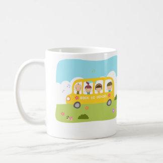 Escuela del autobús de nuevo a la taza de la escue
