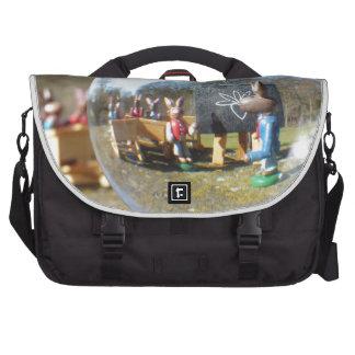 Escuela del conejito de pascua vista a través de bolsas para portatil