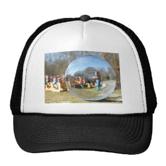 Escuela del conejito de pascua vista a través de gorra