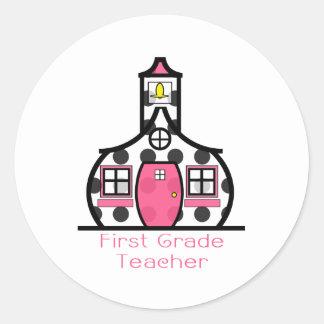 Escuela del lunar del profesor del primer grado pegatina redonda