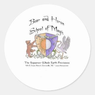 Escuela del oso y de la garza de la magia pegatina redonda