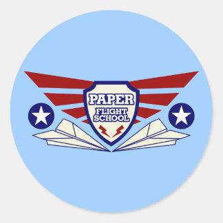 Escuela del vuelo del aeroplano de papel pegatina redonda