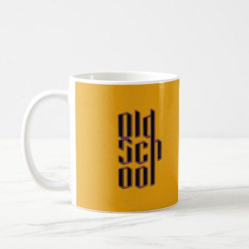 Escuela vieja amarilla taza básica blanca