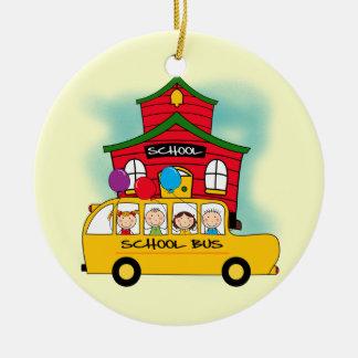 Escuela y camisetas y regalos del autobús escolar adorno navideño redondo de cerámica
