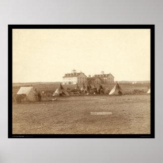 Escuela y pino indio Ridge SD 1891 de Oglala del c Póster