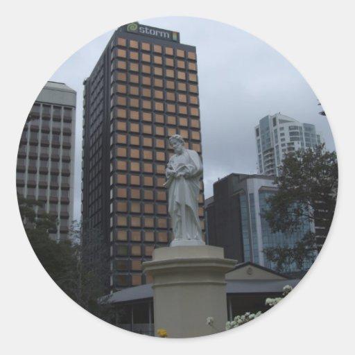 Escultura atractiva delante de los BU de la Pegatina Redonda