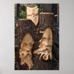 escultura de madera en el poster del árbol