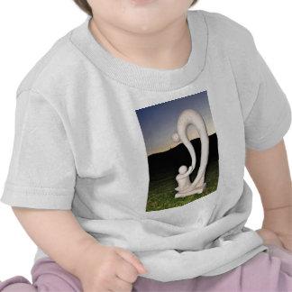 Escultura de piedra de la madre y del niño camiseta