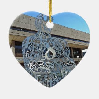Escultura del alquimista adorno navideño de cerámica en forma de corazón