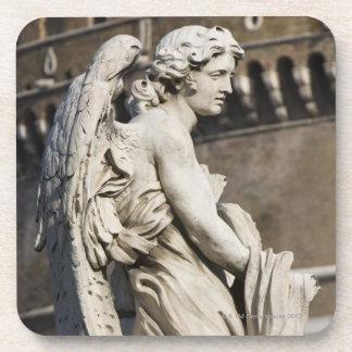 Escultura del ángel con la ropa y los dados en San Posavaso