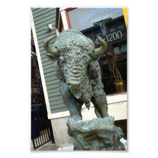 Escultura del búfalo fuera del negocio del búfalo fotografía
