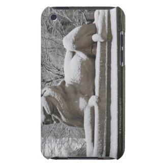 Escultura del león cubierta en nieve barely there iPod fundas