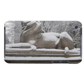 Escultura del león cubierta en nieve iPod touch cárcasas
