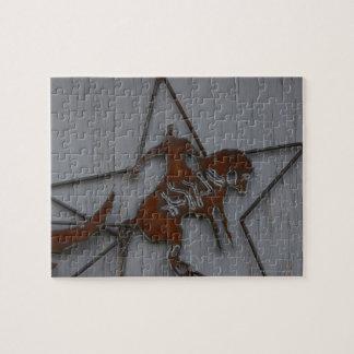 Escultura del metal del vaquero en caballo salvaje puzzle
