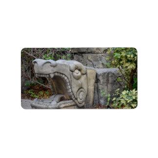 escultura principal del dragón con las plantas etiqueta de dirección