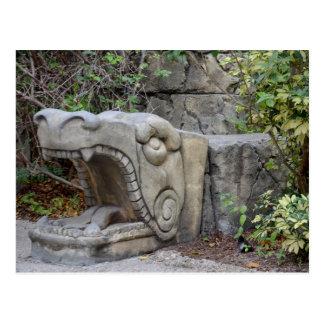 escultura principal del dragón con las plantas postales