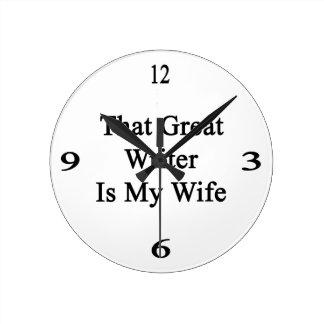 Ese gran escritor es mi esposa reloj de pared