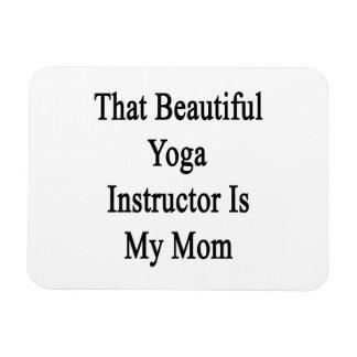 Ese instructor hermoso de la yoga es mi mamá imanes de vinilo
